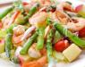 Салат с креветками, фруктами и спаржей