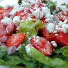 Салат из клубники с сыром Фета