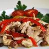 Салат с курицей, орехами и перцем
