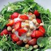 Салат с клубникой и лесными орехами