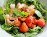 Салат с клубникой, креветками и орехами