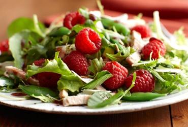 Салат с куриной грудкой и малиной