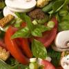 Салат с грибами, шпинатом и помидорами