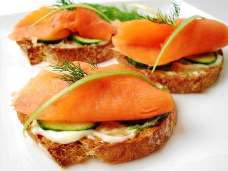 Бутерброды с красной рыбой, огурцом и зеленью