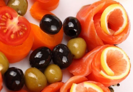 Семга с лимоном, маслинами, оливками, перцем и помидорами