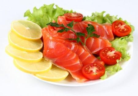 Семга с помидорами, лимоном и салатом