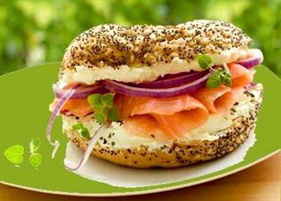 Бутерброд с семгой, фиолетовым луком и зеленью